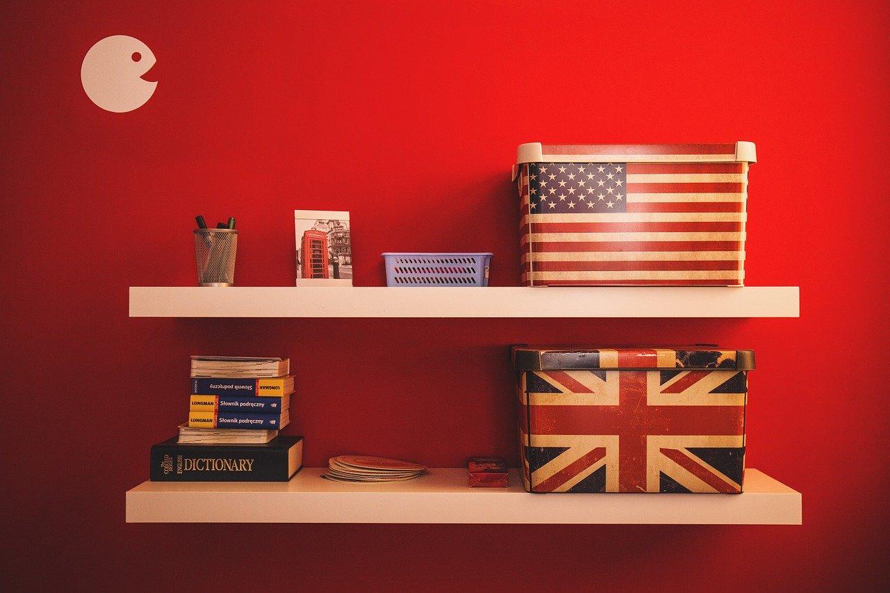 Étagère de décoration avec boites et livre