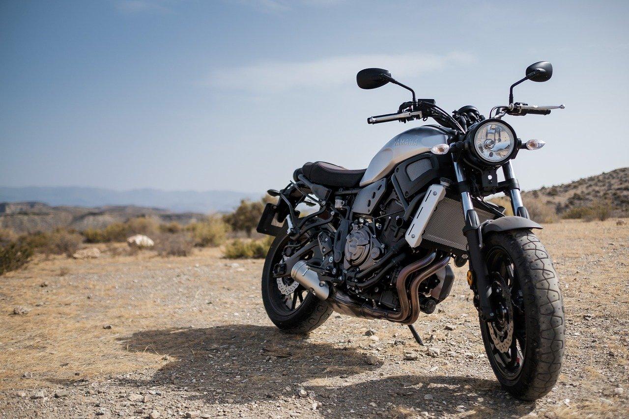 Moto sur un terrain plat caillouteux