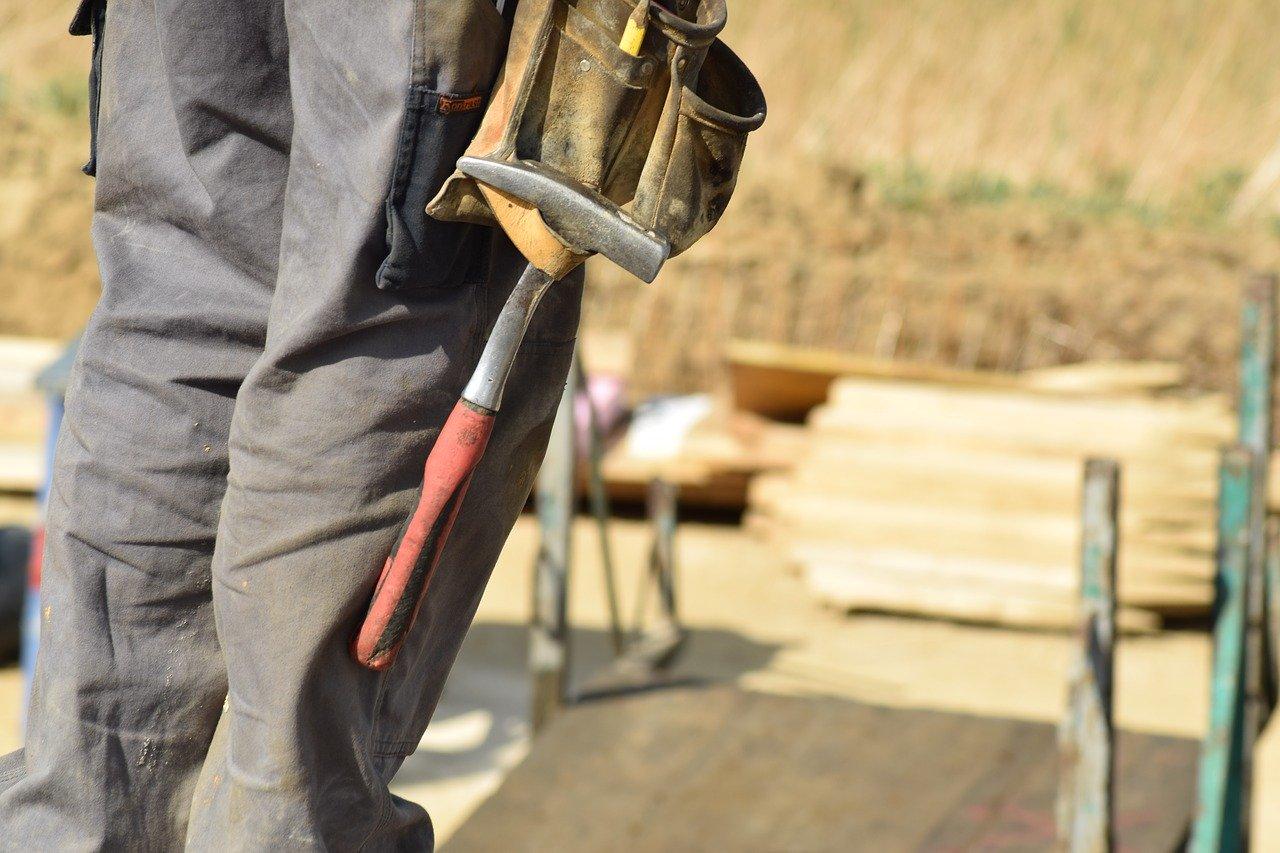 Homme sur un chantier avec des outils