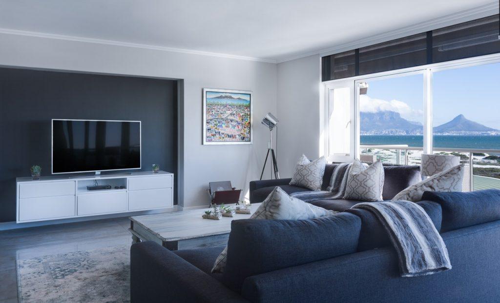 Salon style bleu baie vitré vue sur mer