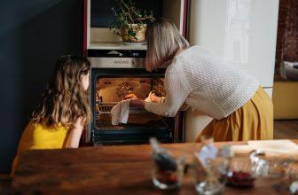 Mère fille cuisinant ensemble, utilisant un four