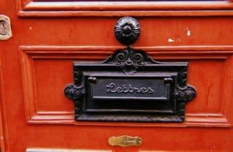 Boîte aux lettres incrustée dans la porte d'entrée