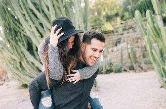Couple amoureux et heureux homme portant femme sur le dos