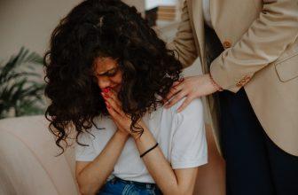 Femme pleurant ayant besoin de soutien moral