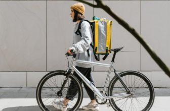 femme faisant de la livraison en vélo, coursier