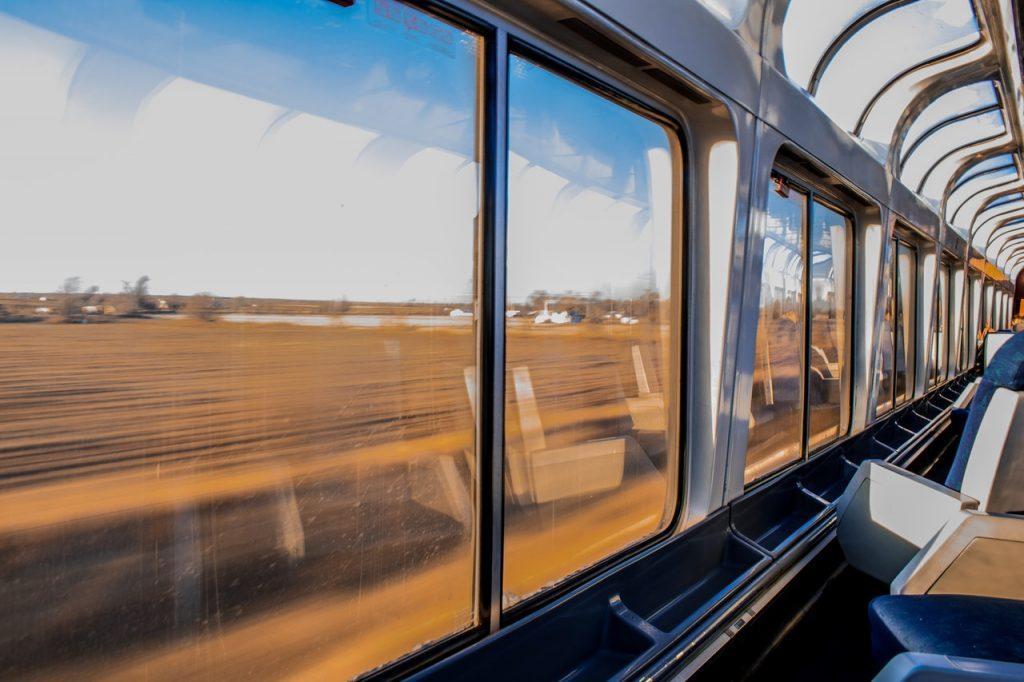 Voyage dans un train avec vue sur la campagne
