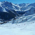 Montagne enneigée, station de ski, sport d'hiver