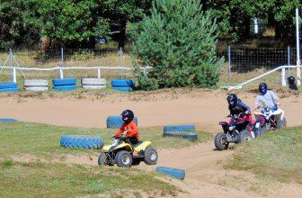 Enfants faisant un parcours de quad
