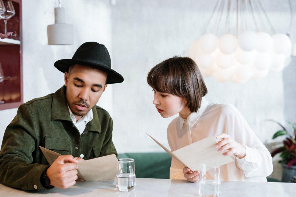 Couple regardant menu dans un restaurant