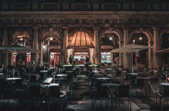 Terrasse de restaurant bâtiment haussmannien